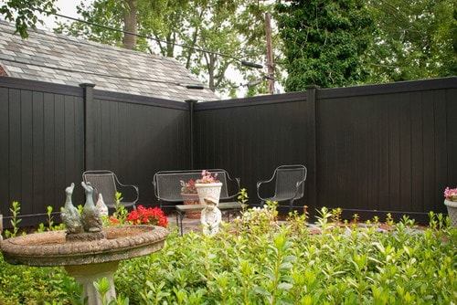 Traditional-Landscape-Vinyl-Fence-Installation-Ideas