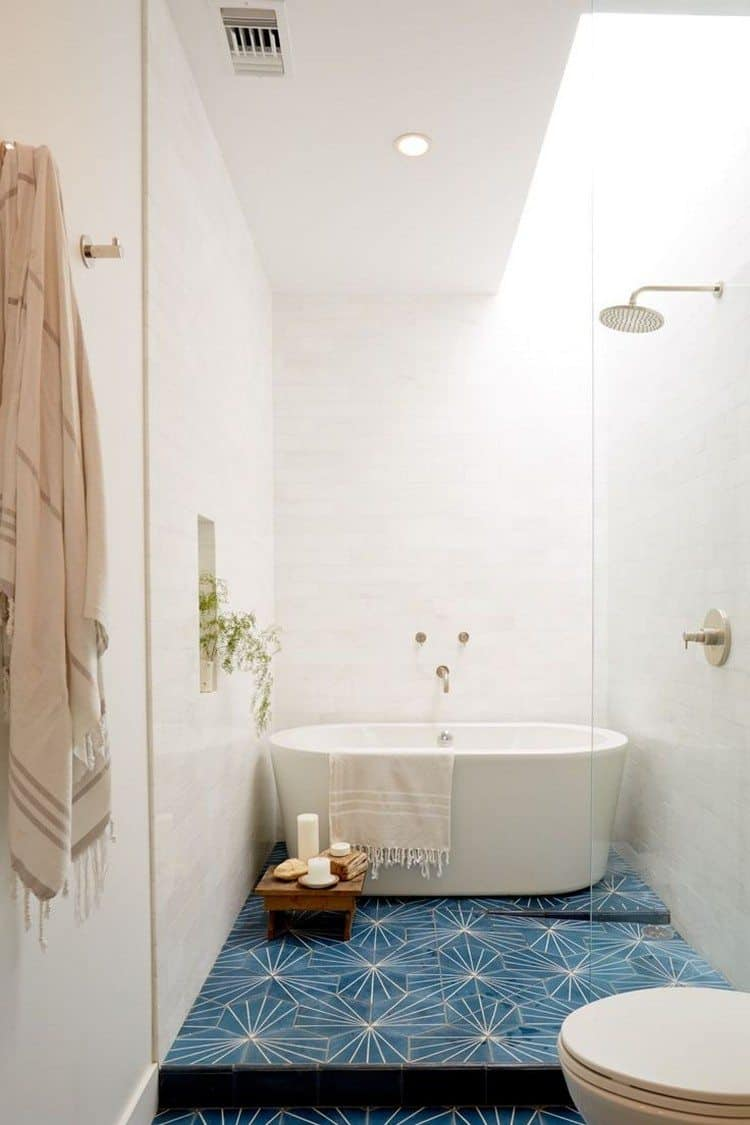 Small Scandinavian Bathroom Design 4